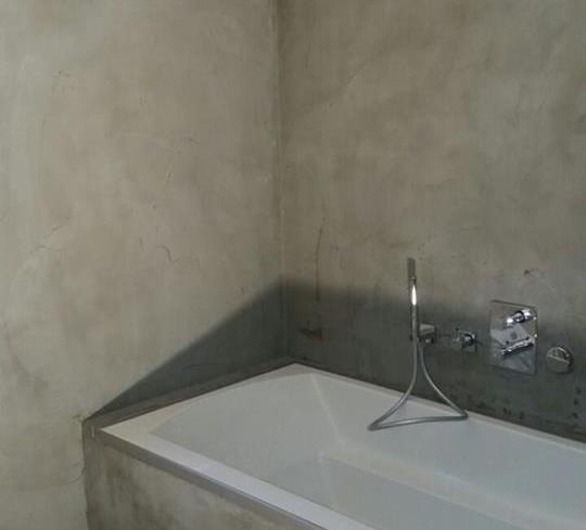 beton cire op de wanden en rond het bad